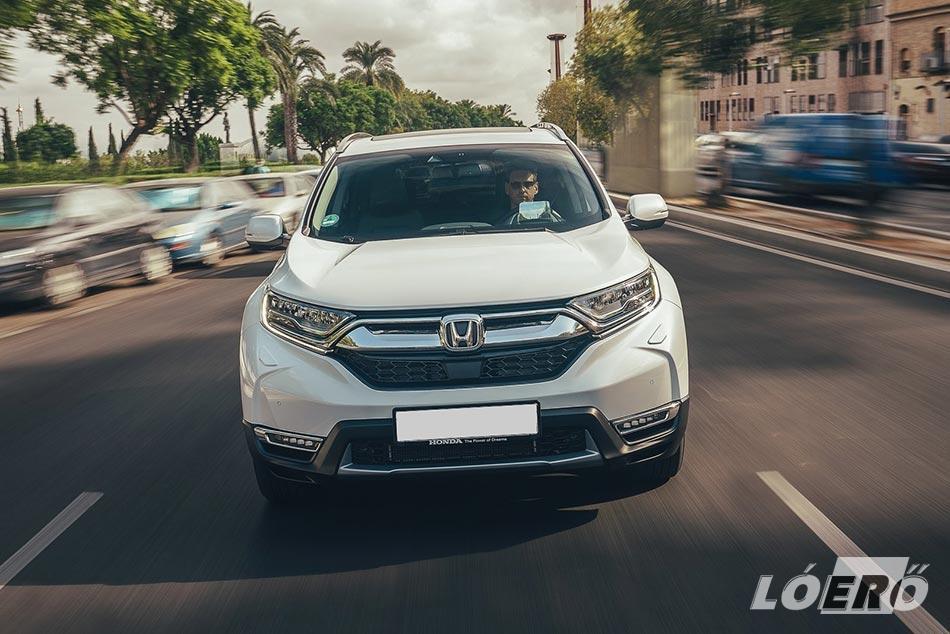 A Honda CR-V Hybrid is hozza a kötelezőt, divatos, trendkövető, kellemes látvány.