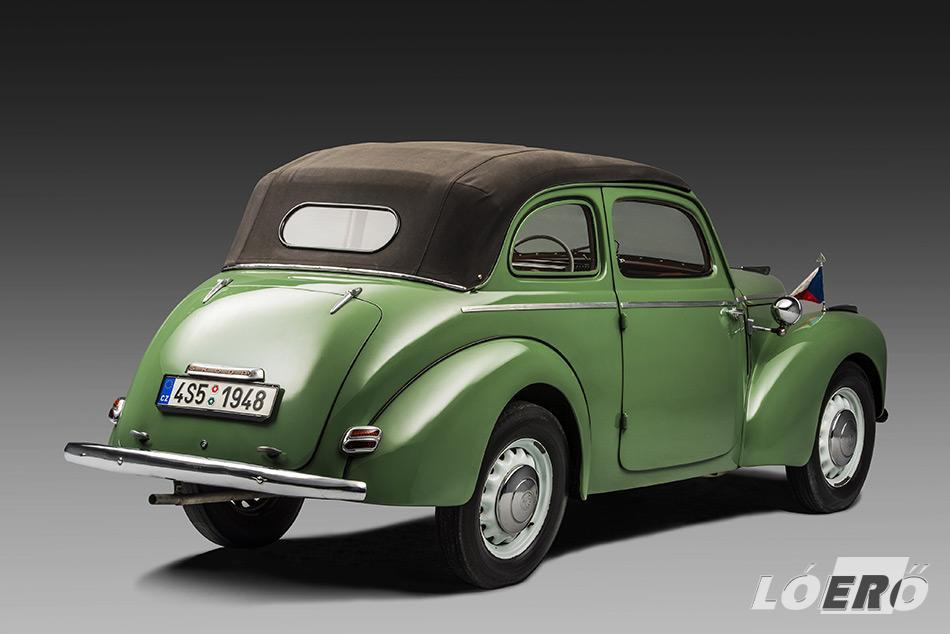 A Skoda 1101 Cabriolet az ablakkeretek megtartása mellett egy felhajtható ponyvával biztosította nyitott utazás élményét.