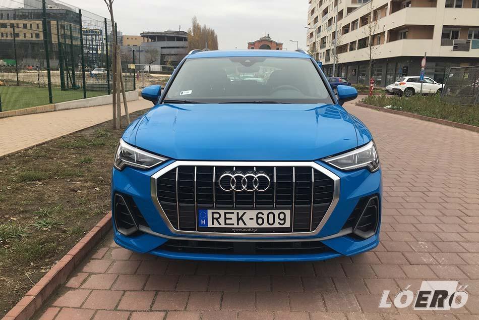 Az új Audi Q3-nál már hangsúlyosabb a márka klasszikussá vált krómkeretes hűtőmaszkja, s nagyon jól sikerültek a lámpák is.