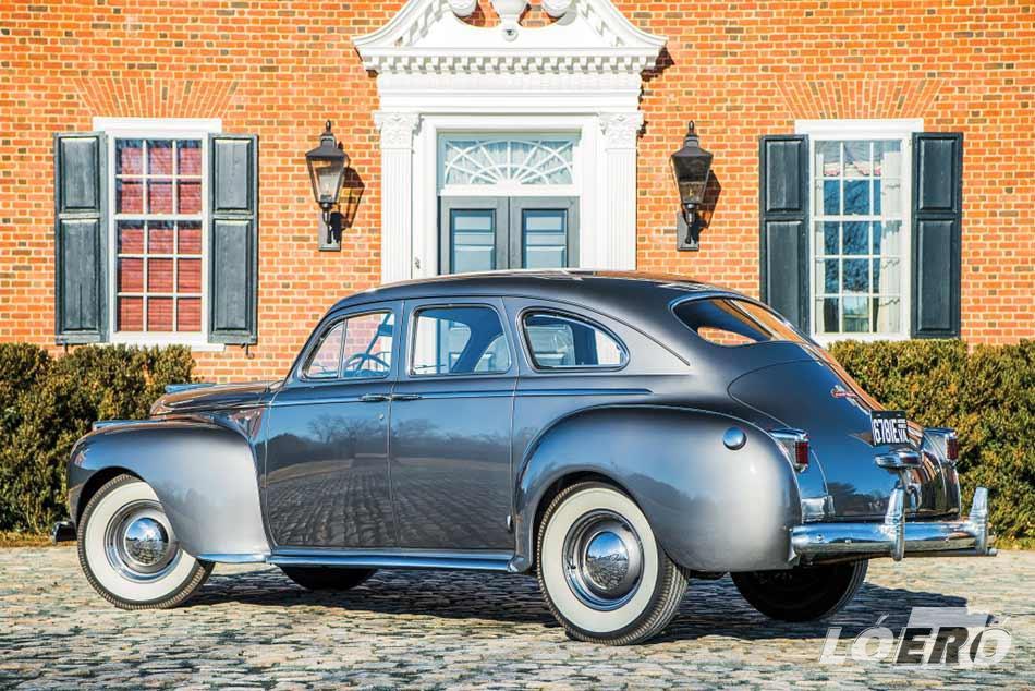 A Chrysler Windsor Sedan formája nem véletlenül hozza a mai napig tűzbe az oldtimer rajongókat.