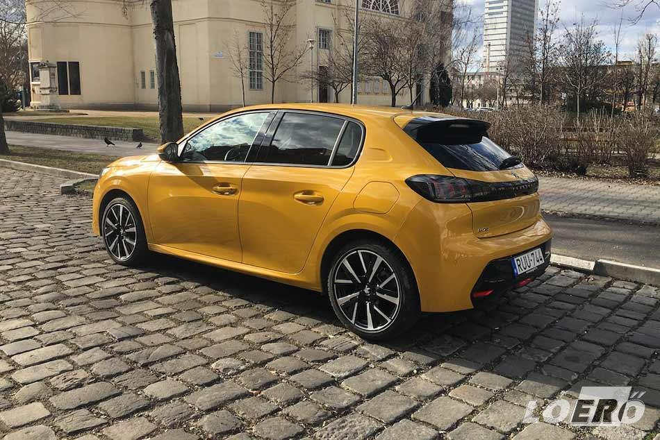 A Peugeot 208 1.2 PureTech turbós benzinese meglepően fürge, közel nem vártunk tőle ilyen dinamikát, bár mindezt a fogyasztáson is éreztük valamelyest.