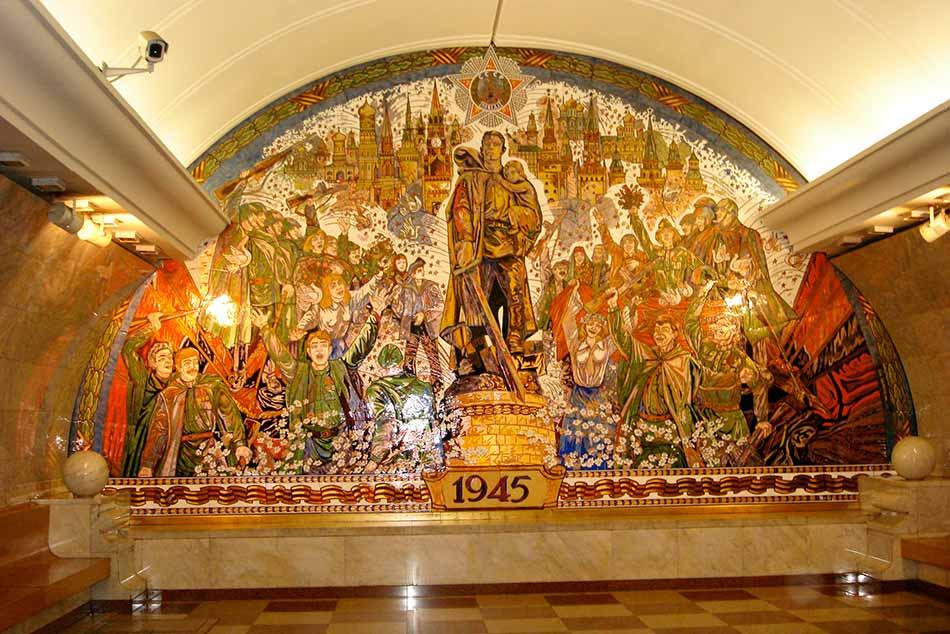 Ma már kevésbé grandiózus állomások épülnek, de a moszkvai látnivalók között a mai napig kitüntetett helyet foglalnak el a sztálini kor eszméit hirdető szobrok és festmények.